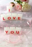 Velas con signo impreso que te amo, en fondo claro — Foto de Stock