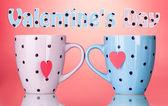 两个杯子和茶叶袋与红色心形标签上红色背景 — 图库照片