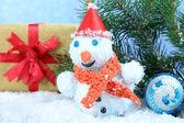 Hermosa decoración de navidad y muñeco de nieve, sobre fondo azul — Foto de Stock
