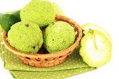 Osage orange frutas (maclura pomifera) en la cesta, aislados en blanco — Foto de Stock