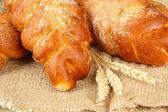 Composition avec des petits pains dans le panier d'osier, gros plan — Photo