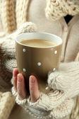 Des mains féminines avec boisson chaude, gros plan — Photo