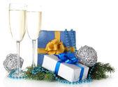 Verres de champagne avec les coffrets cadeaux isolé sur blanc — Photo