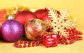 Sarı zemin üzerinde Noel süsleri — Stok fotoğraf