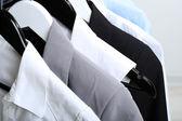 Oblečení na kruh závěs na světlé pozadí — Stock fotografie