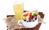 白で隔離されるナプキンに果実とカップのオートミール — ストック写真