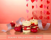 Velas para san valentín en mesa de madera sobre fondo rojo — Foto de Stock