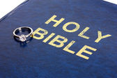 Fedi nuziali su bibbia — Foto Stock