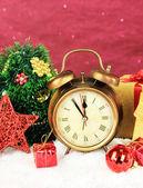 Composizione di orologio e Natale decorazioni — Foto Stock