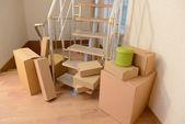 Zásobník kartonů poblíž schodů: pohyblivé koncept domu — Stock fotografie