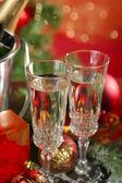 Composizione con addobbi natalizi e due bicchieri di champagne, su sfondo luminoso — Foto Stock