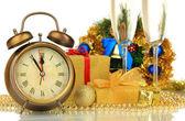 Composição do relógio e natal decorações isolado no branco — Fotografia Stock