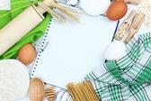 Concetto di cucina. ingredienti base cottura e utensili da cucina da vicino — Foto Stock