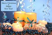 Güzel mumlar, hediyeler ve ahşap masa mavi zemin üzerine bir yerdeyiz — Stok fotoğraf