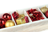 деревянный ящик, наполненный елочные украшения, изолированные на белом — Стоковое фото