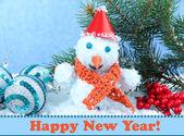 Linda decoração de boneco de neve e o natal, sobre fundo azul — Foto Stock