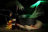 Czarownica w przerażające halloween laboratorium na tle ciemnego koloru — Zdjęcie stockowe