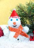 Linda decoração de boneco de neve e o natal, sobre fundo dourado — Foto Stock