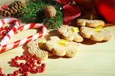 Cookies en cintas con decoraciones de la navidad en mesa de madera — Foto de Stock