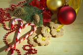 печенье на лентах с рождественские украшения на деревянный стол — Стоковое фото