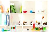 Verschillende laboratoriumglaswerk met kleur vloeistof op laboratorium achtergrond — Stockfoto