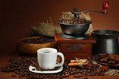Taza de café, molinillo, turk y granos de café sobre fondo marrón — Foto de Stock