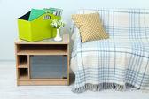 Revistas e pastas em uma caixa verde na mesa de cabeceira no quarto — Fotografia Stock