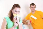 年轻的夫妇做装修的新房子 — 图库照片