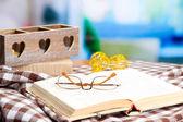 古い本、メガネ、ろうそく、および格子縞の明るい背景と構成 — ストック写真