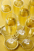 Naléval šampaňské na lesklém pozadí — Stock fotografie