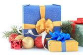 Krásné světlé dárky a vánoční výzdoba, izolované na bílém — Stock fotografie