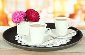 Kopjes koffie in lade op tafel in café — Stockfoto