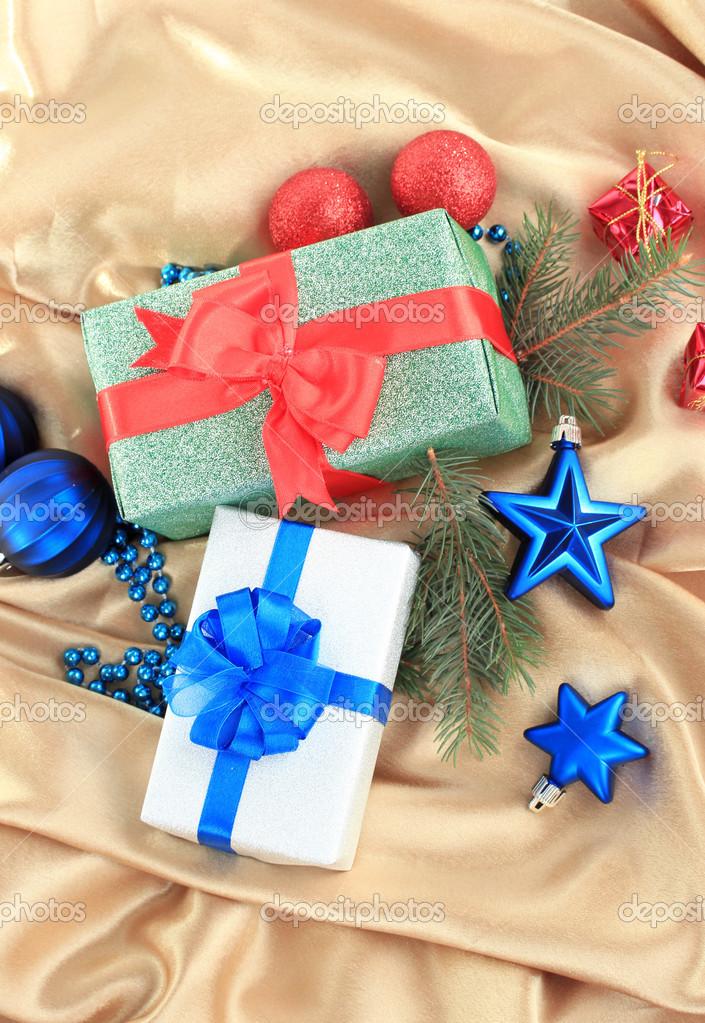 belli brillanti regali e decorazioni di natale, su stoffa di seta ... - Decorazioni Su Stoffa