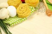 Gotowania. artykuły spożywcze na drewnianym stole — Zdjęcie stockowe