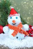 Bellissime decorazioni di natale e pupazzo di neve, su sfondo luminoso — Foto Stock