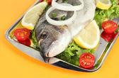 Dorado ryby na tabulka detail — Stock fotografie
