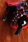 Geschenkdozen met wijnen op houten tafel close-up — Stockfoto