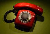 Красный ретро телефон на фоне темного цвета — Стоковое фото