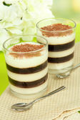 Lecker Gelee Kaffee mit Milch auf Tisch mit hellem Hintergrund — Stockfoto