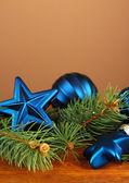 Krásné vánoční ozdoby na stromeček jedle na stole na hnědé pozadí — Stock fotografie