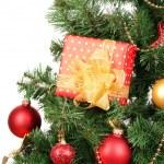 Geschenke am Weihnachtsbaum, die isoliert auf weiss — Stockfoto