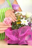 Florist makes flowers bouquet — Stock Photo