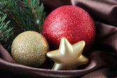 Hermosa decoración de navidad en tela de raso marrón — Foto de Stock