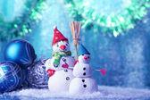 Pupazzi di neve belle e decorazioni di natale, su sfondo luminoso — Foto Stock