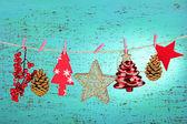 Adornos de navidad sobre fondo de madera — Foto de Stock