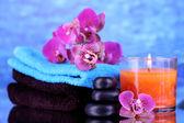 Configuração de belo spa com orquídea em fundo azul — Fotografia Stock