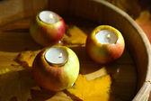 苹果与蜡烛在浴缸里木背景组成 — 图库照片