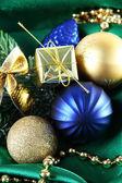 Bellissime decorazioni di natale sul panno verde in raso — Foto Stock