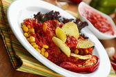 Chilli corn carne - tradiční mexické jídlo, na bílém štítku, na ubrousek, na dřevěné pozadí — Stock fotografie