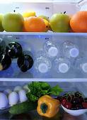 Kühlschrank voller Lebensmittel — Stockfoto
